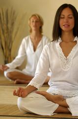 Donne giovani meditano