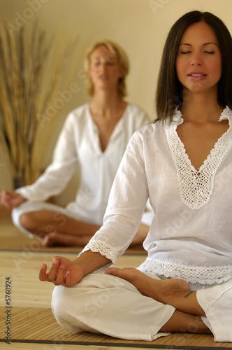 Leinwandbild Motiv Donne giovani meditano