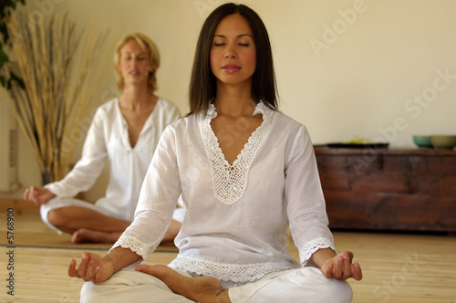 Due Donne meditano Poster