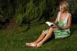 Donna legge in giardino