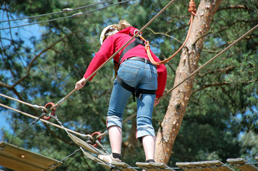 Mädchen im kletterwald