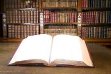 Offenes Buch in der alten Bibliothek