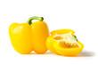 ganze und aufgeschnittene gelbe paprika isoliert auf weiss