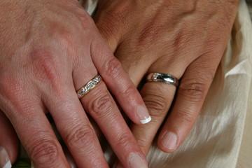 main avec alliance de mariage