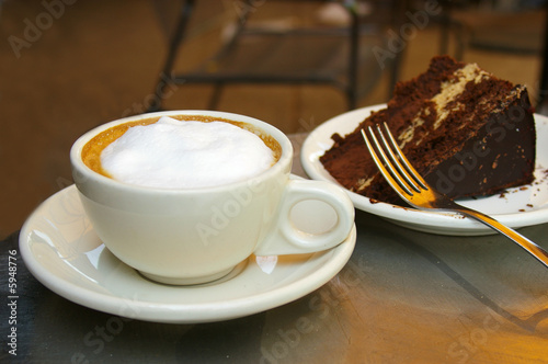 Foto op Canvas Koffie Frothy coffee and chocolate cake