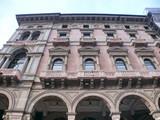 Milan, Italie, palais ancien rouge avec arcades poster