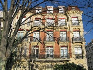 Paris, Immeuble à la façade de pierre t brique rouge