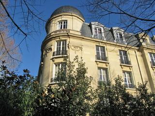 Immeuble en pierre, façade arrondie, Paris, France