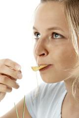 Frau isst chips
