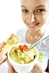 Frau mit chips und avocadodip