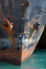 prua della nave con ancora e metri di pescaggio