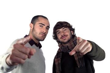 Dos jóvenes señalando a la cámara