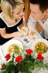 Paar mit Pasta und Wein