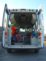 Ambulanza con portelloni aperti