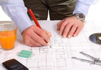 architetto lavora al progetto