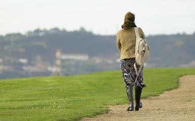 Mujer paseando por el cesped
