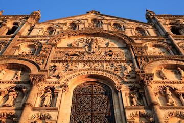 Façade en contre plongée de la cathédrale Saint-Pierre