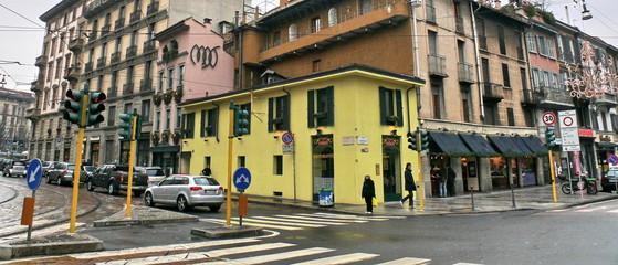 Coin de rue avec maison jaune, Milan, Italie.
