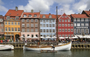 Colorful houses in Copenhagen wit a lot of tourists