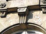 Façade de pierre fissurée avec réparations. Paris. France. poster