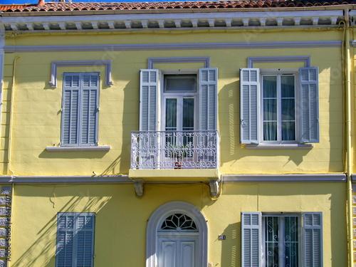 villa jaune aux volets gris cannes france photo libre de droits sur la banque d 39 images. Black Bedroom Furniture Sets. Home Design Ideas