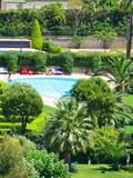Piscine bleue dans une résidence de vacances, France poster
