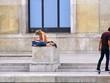 Femme écrrivant sur un piedestal et skateur.