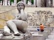 Statue de face et femme de dos; Paris
