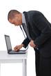 homme analysant son ordinateur avec un stethoscope