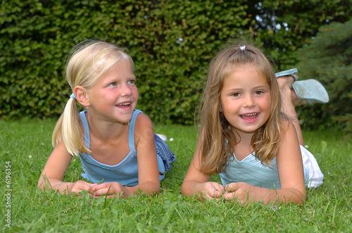 Mädchen liegen im Gras