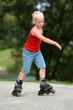 Mädchen beim Rollerskaten