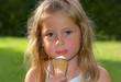 Kleines Mädchen mit Eiscreme