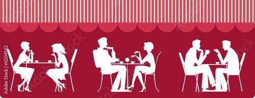 Sylwetki ludzi siedzących w kawiarni