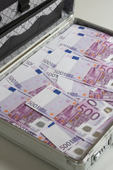 Aktenkoffer mit 500 Euroscheinen