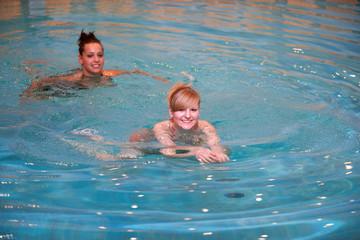 junge Frauen schwimmen