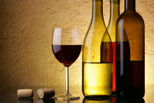 Stilleven met drie wijn bots en glas