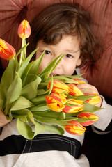 Kind mit Blumen - Muttertag