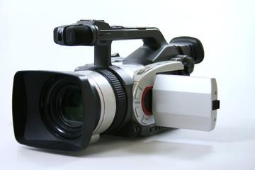 Professionelle Videokamera auf dem weißen Hintergrund