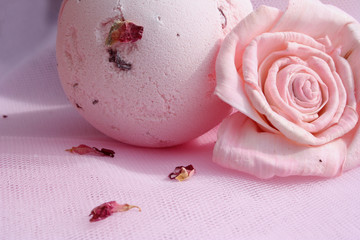 Bomba de baño y rosa  (macro 2)