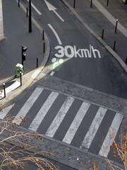30 km/h, marquage au sol;et passage piéton.