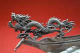 Orientální drak v Číně městě s červeným pozadím