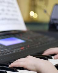 mani su tastiera elettronica