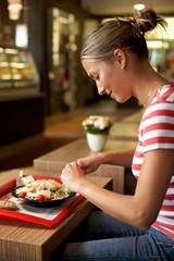 Frau isst im Restaurant