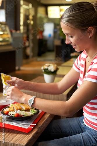 Frau isst Salat