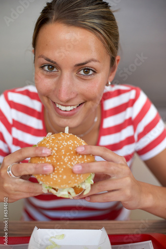 Teenager beisst in Burger