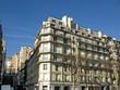Immeuble blanc moderne en coin avec balcons,  Paris