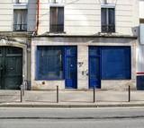 Boutique bleue fermée. poster