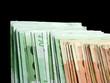 billets de 100 et de 50 euros sur fond noir
