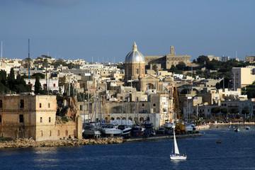 costa maltese con barca a vela bianca 4