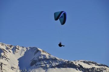Paraglider über einem Bergrücken
